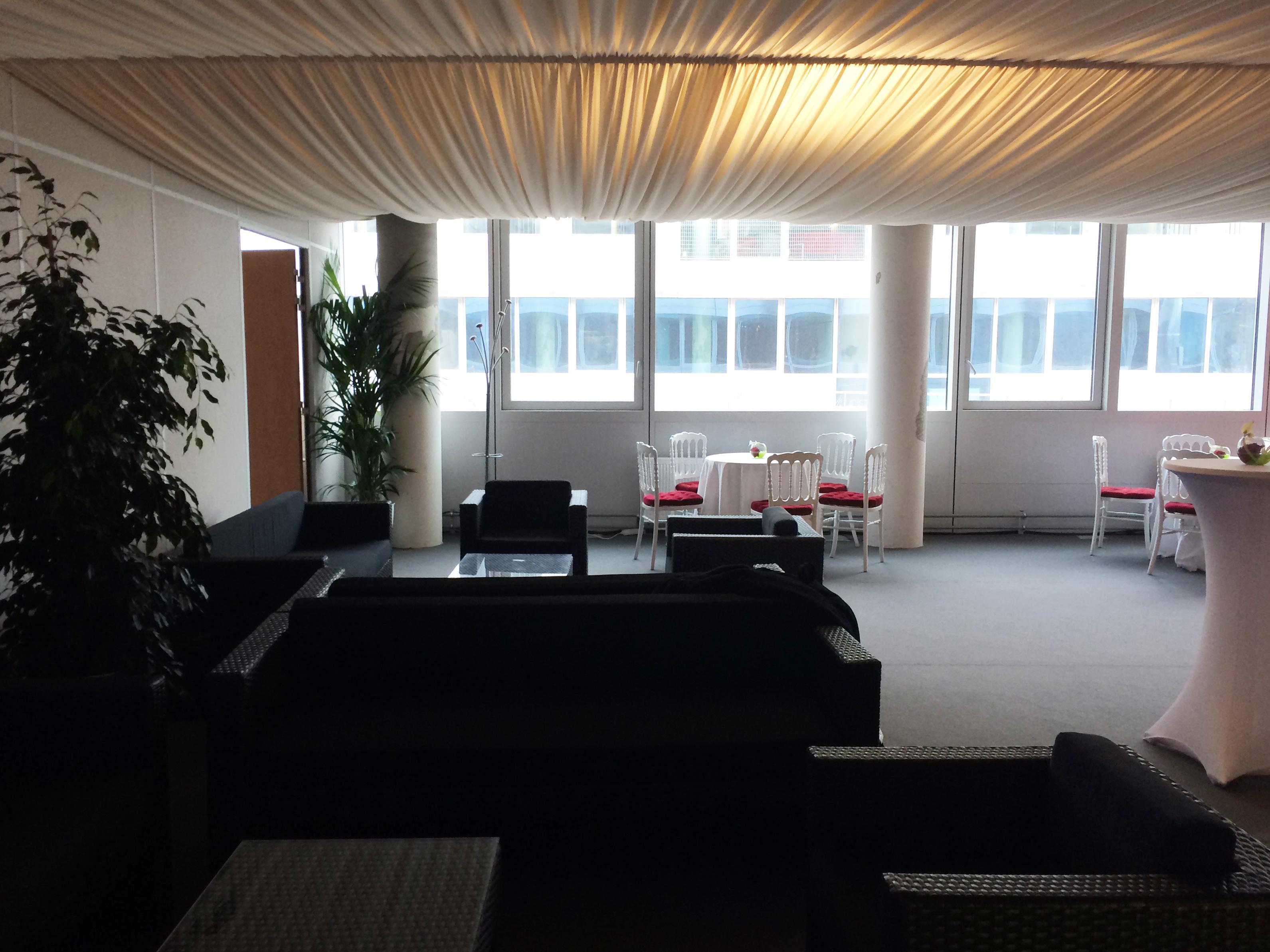Canapés noirs et voiles au plafond